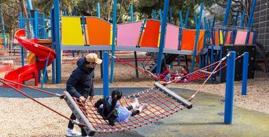 ¿Es seguro llevar a tus hijos? California permite reabrir zonas de juegos infantiles en parques del estado