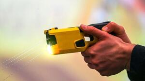 ¿Puede un policía experimentado confundir un 'taser' con un arma de fuego?