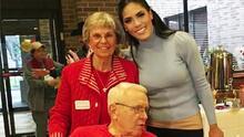 Francisca Lachapel recibe consejos para un matrimonio duradero de las parejitas de un hogar de ancianos