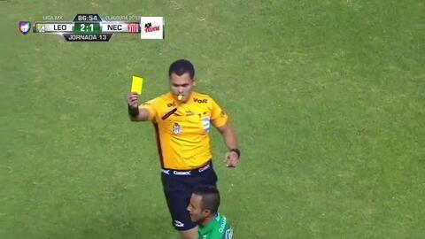 Tarjeta amarilla. El árbitro amonesta a Luis Montes de León