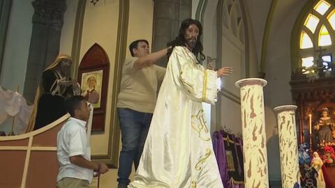 'El sastre de Dios': así confecciona este salvadoreño las vestiduras de las imágenes de Cristo