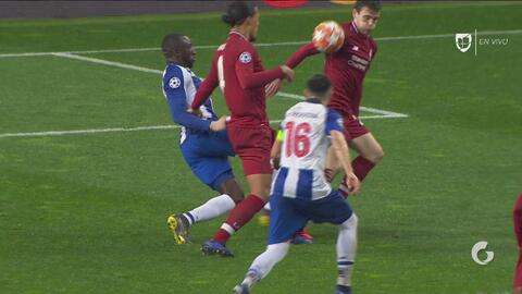 ¿Era penal? Aparente mano del Liverpool, pero el árbitro no marca nada