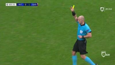 Tarjeta amarilla. El árbitro amonesta a Marcelo Brozovic de Internazionale