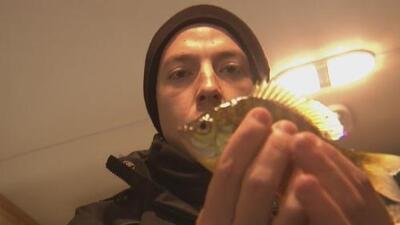 Xavi Sol aprendió a pescar en hielo desde adentro de una casa en Minnesota