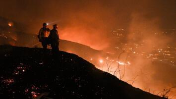 Vientos y humedad, las condiciones que dificultan el control de incendios en el sur de California