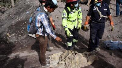 Tras días de búsqueda, este padre encontró a sus hijos de 2 y 5 años sepultados por las cenizas del volcán de Fuego