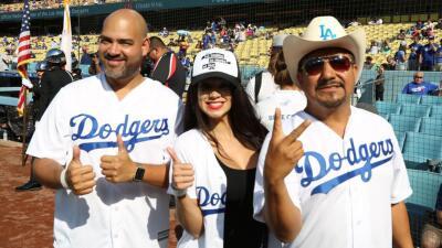 'Throwback': El 'first pitch' de El Bueno, La Mala y El Feo en un juego de los Dodgers