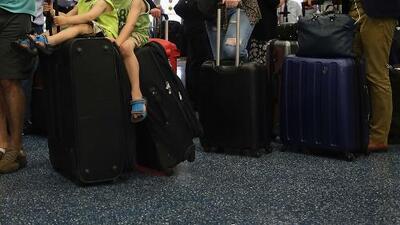 Pasajeros en Miami continúan afectados tras apagón en el aeropuerto de Atlanta
