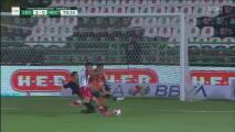 Rodolfo Cota 'escupe' el balón, pero Barragán desperdicia el rebote