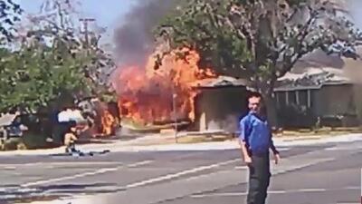 Una casa se prende en fuego en Ridgecrest luego del sismo que sacudió al sur de California