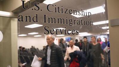 En un minuto: Demanda contra la regla que busca negar la 'green card' por usar beneficios públicos