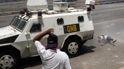 """""""Sigo vivo"""": joven arrollado por una tanqueta en Venezuela cuenta cómo sobrevivió"""