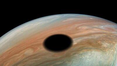 Una impresionante mancha negra sobre Júpiter de más de 2,000 millas de diámetro es captada por la NASA