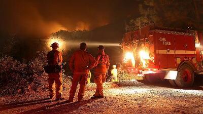 Al menos 1,200 bomberos intentan combatir el incendio Holy en California