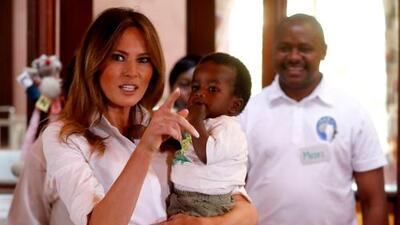 El viaje en solitario de Melania a África ofrece un contraste con las políticas del presidente Trump