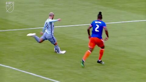 Spencer Richey se pone la playera de héroe y a una mano le niega el gol a Yohan Croizet