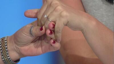 Ana Caty Hernández mostró ante las cámaras el anillo de su compromiso con Xavier Sol