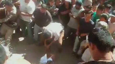 Con palas y machetes, una multitud enfurecida saca de la cárcel a dos hombres y los ajusticia