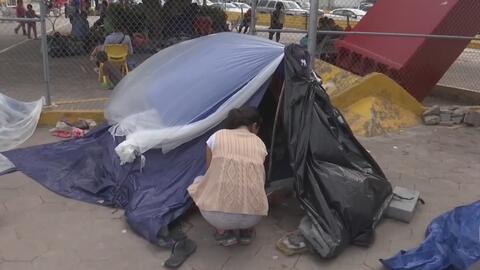 Durmiendo en carpas durante meses, así esperan estos inmigrantes su turno para pedir asilo en EEUU