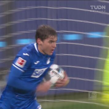 ¡Fusila al portero! Skov le da el empate al Hoffenheim sin pensarlo dos veces