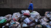 Basura acumulada en las calles de Queens, una queja recurrente de la comunidad