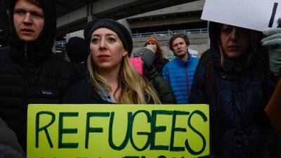 Un juez suspende en parte la prohibición de ingreso a refugiados impulsada por Trump