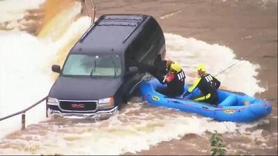 Así rescataron los bomberos de Oklahoma a mujer atrapada en su auto arrastrado por el agua