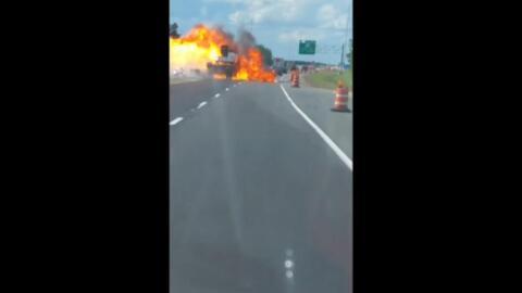Video: Un camión que transportaba combustible explotó tras un choque en medio de la carretera