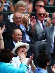 El mítico exfutbolista inglés Sir Bobby Charlton recibió, incluso, el aplauso de los asistentes al llegar al campo principal de Wimbledon.