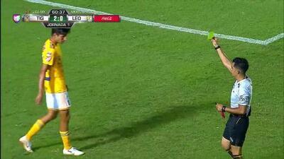 Tarjeta amarilla. El árbitro amonesta a Jürgen Damm de Tigres