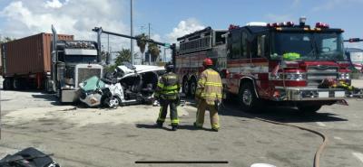 En fotos: el choque entre un camión, una rastra y un auto que mantiene cerrada por horas el ingreso a Port Everglades