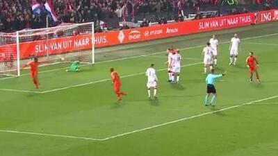 ¡Fenomenal asistencia! Wijnaldum recibe de taquito y marca el 2-0 de Holanda