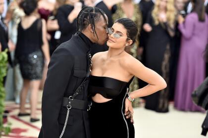 """La fuente dijo que Kylie y Travis no necesariamente están intentando que ella quede embarazada, pero dijo que """" <b>si sucede, sucede</b>, y estarían entusiasmados""""."""