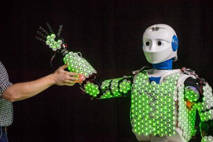 """Se trata de una luminosa capa de piezas hexagonales que tiene el robot sobre su estructura, lo que le permite sentir y actuar como un ser humano. Científicos de la <a href=""""http://www.tum.de/en""""> <u>Universidad Técnica de Munich (TUM, por sus siglas en inglés)</u></a>, en Alemania, combinaron esta epidermis artificial, de inspiración biológica, con algoritmos (instrucciones informáticas) de control, y con esto crearon para el primer robot humanoide autónomo con piel artificial de cuerpo completo."""