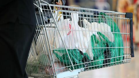 Gobernador de Nueva Jersey veta la ley que impone un impuesto a las bolsas de plástico