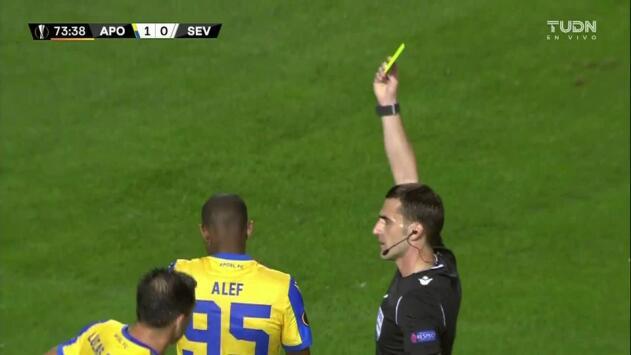 Tarjeta amarilla. El árbitro amonesta a Alef de APOEL Nicosia