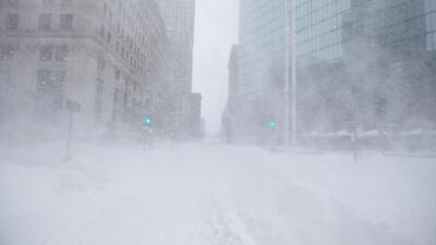 Autoridades de NY recomiendan quedarse en casa por tormenta de nieve