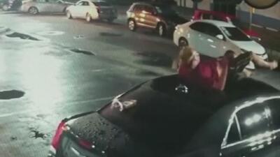 En video: La aparatosa caída de un hombre sobre el techo de un auto
