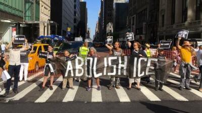 """Durante el """"Prime Day"""" activistas exigen a Amazon poner fin a su relación con ICE"""