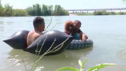 Con salvavidas y bolsas infladas, esta familia hondureña trata de cruzar el Río Grande para pedir asilo en EEUU