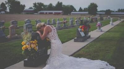 Vestida de novia, esta mujer llora sobre la tumba de su prometido el mismo día que tenían planeado casarse