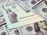 """Enviaron dos millones de cheques de estímulo más, incluyendo pagos """"compensatorios"""". Te decimos a quiénes llegan"""