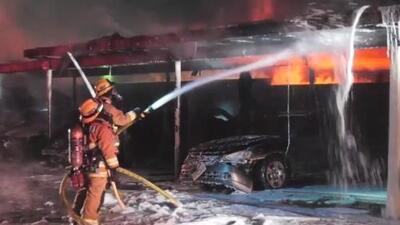 Voraz incendio consume varios vehículos en el estacionamiento de un complejo habitacional