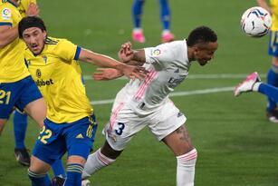 Con dos goles y una asistencia, Karim Benzema se echa el equipo al hombro y 'los blancos' vencen 0-3 al Cádiz en la jornada 31 del futbol español.