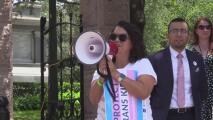 Padres de menores transgénero protestan frente al Capitolio de Texas