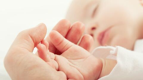 La alarmante cifra de bebés que pierden la vida por asfixia accidental al dormir con sus padres