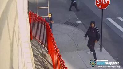 Policía busca a dos sujetos acusados de realizar disparos en una calle de El Bronx