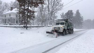 Tormenta invernal que azota el sureste del país deja a su paso apagones y caos en carreteras