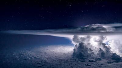Las increíbles fotos del 'piloto de las tormentas' que busca los rayos para capturarlos como nunca antes