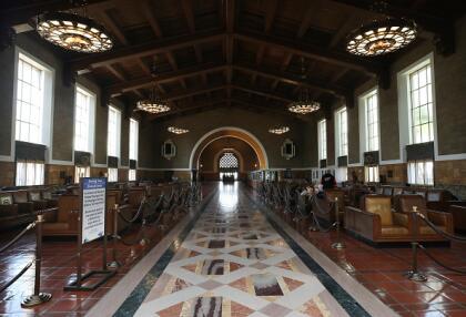 Así luce Union Station, uno de los centros de transporte más importantes de Los Ángeles. <br>La estación solía estar abierta al público, pero ahora está abierta solo a pasajeros con boleto. <br> <br>